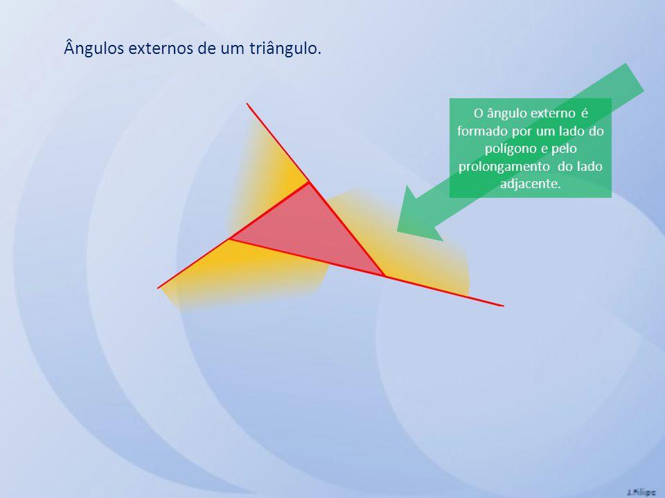 Ângulos externos de um triângulo. O ângulo externo é formado por um lado do polígono e pelo prolongamento do lado adjacente.