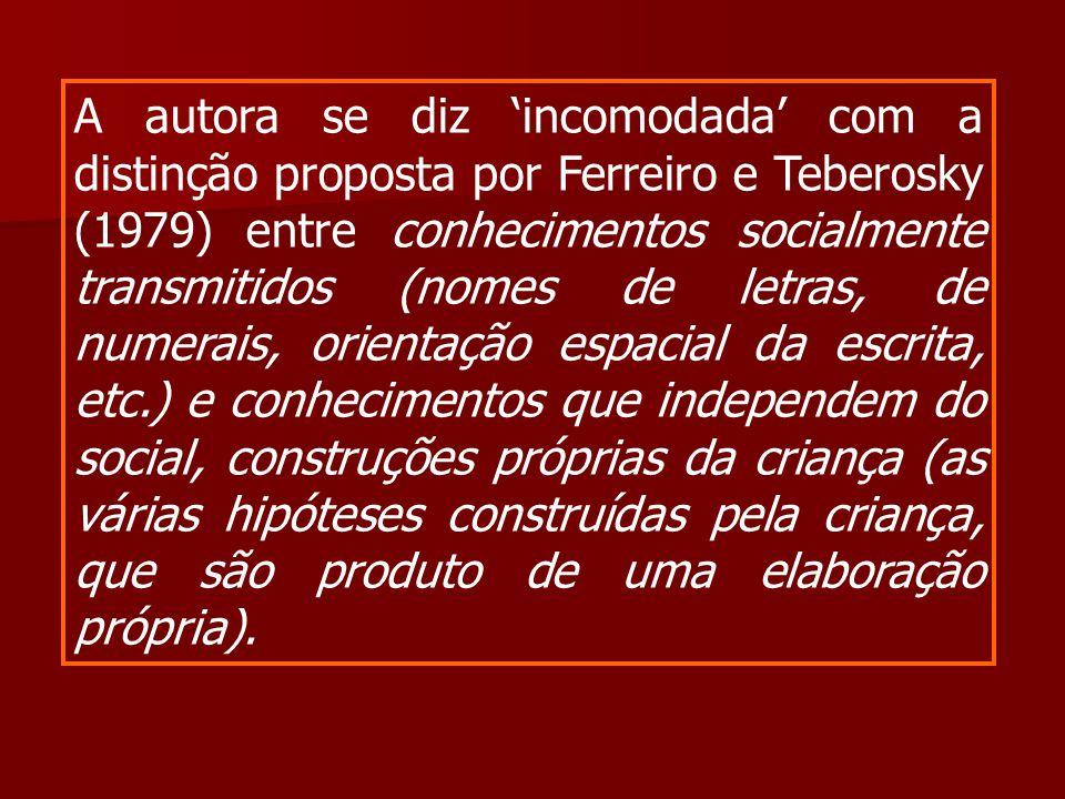 A autora se diz 'incomodada' com a distinção proposta por Ferreiro e Teberosky (1979) entre conhecimentos socialmente transmitidos (nomes de letras, d