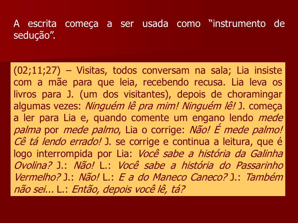 """A escrita começa a ser usada como """"instrumento de sedução"""". (02;11;27) – Visitas, todos conversam na sala; Lia insiste com a mãe para que leia, recebe"""