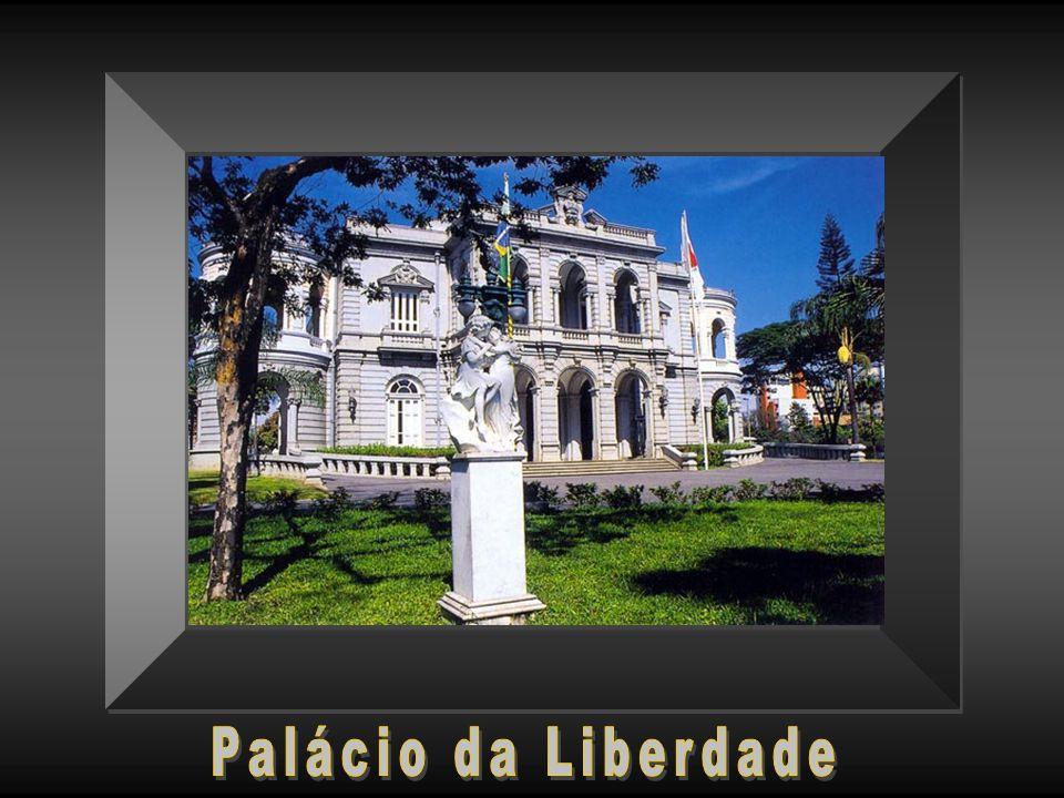 Meio dia, nos jardins poesia da Praça da Liberdade, nos prédios burocracia.