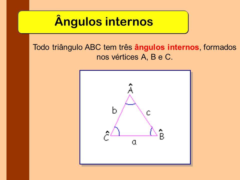 Classificação por ângulos Quanto aos ângulos, podemos classificar os triângulos da seguinte maneira: Retângulo: possui um ângulo interno de 90º.