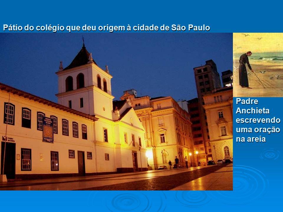 Pátio do colégio que deu origem à cidade de São Paulo Padre Anchieta escrevendo uma oração na areia