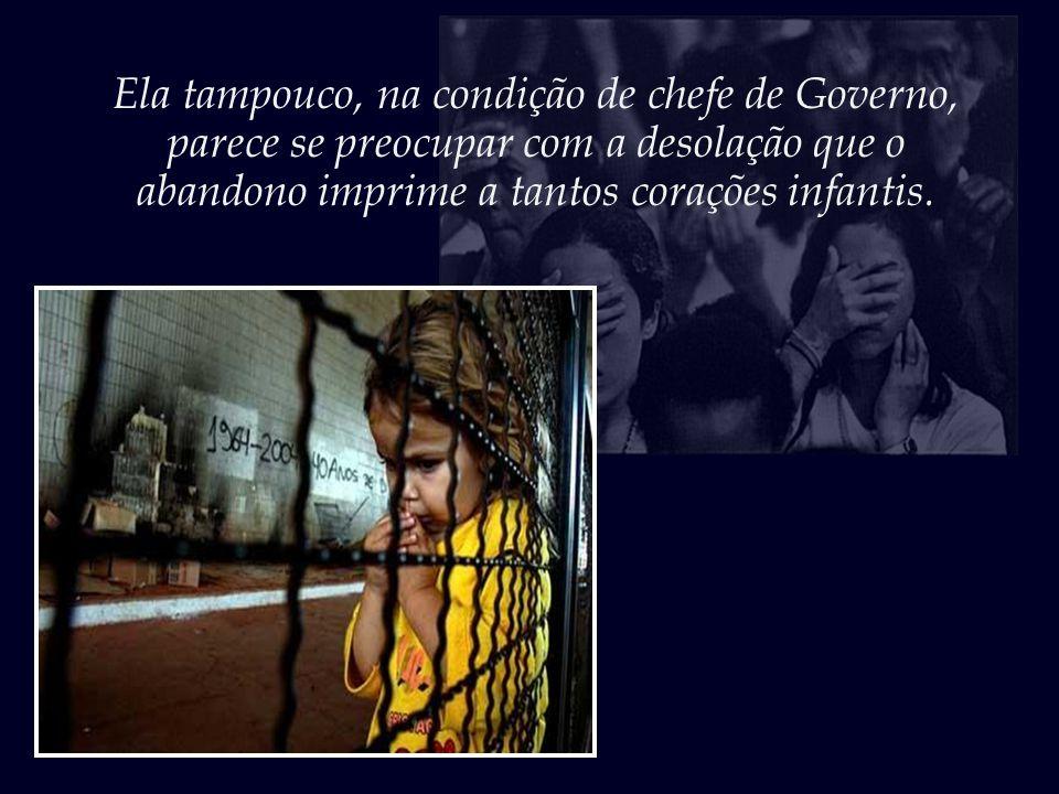 Não muito longe, a uns poucos metros, no Palácio do Planalto, a Presidenta, no seu gabinete, ocupa-se com os afazeres que considera relevantes.