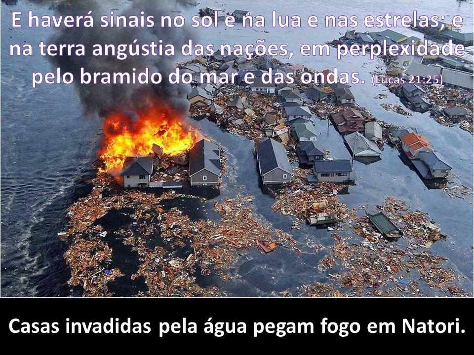 Casas invadidas pela água pegam fogo em Natori.
