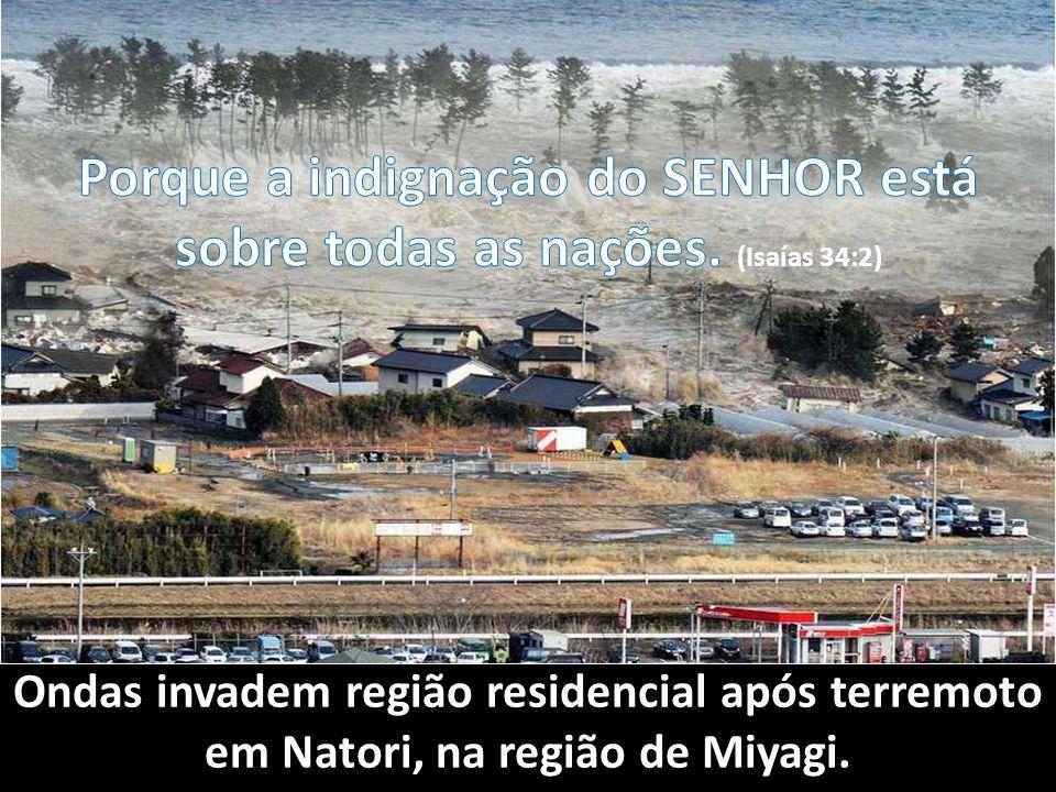 Ondas invadem região residencial após terremoto em Natori, na região de Miyagi.