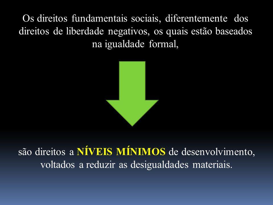 Os direitos fundamentais sociais, diferentemente dos direitos de liberdade negativos, os quais estão baseados na igualdade formal, são direitos a NÍVE