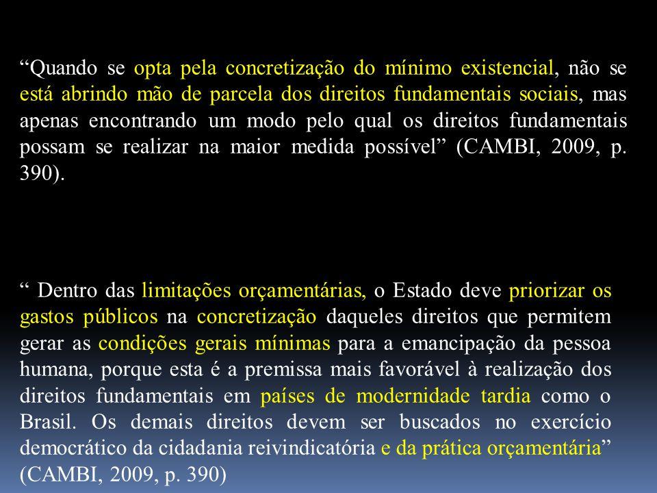 """""""Quando se opta pela concretização do mínimo existencial, não se está abrindo mão de parcela dos direitos fundamentais sociais, mas apenas encontrando"""