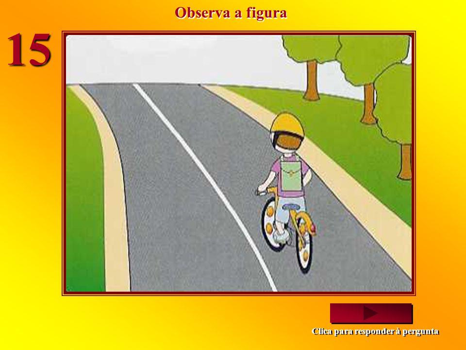 O que é que este ciclista deve fazer? Avançar, pois não há passagem para peões marcada no chão. Parar e deixar passar os peões, pois está a virar. Ava