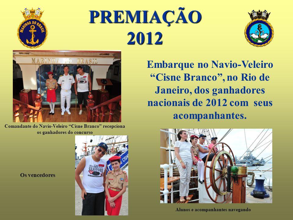 """PREMIAÇÃO2012 Comandante do Navio-Veleiro """"Cisne Branco"""" recepciona os ganhadores do concurso Alunos e acompanhantes navegando Os vencedores Embarque"""