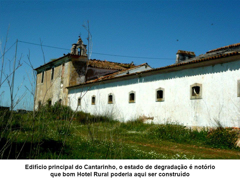 Edifício principal do Cantarinho, o estado de degradação é notório que bom Hotel Rural poderia aqui ser construído