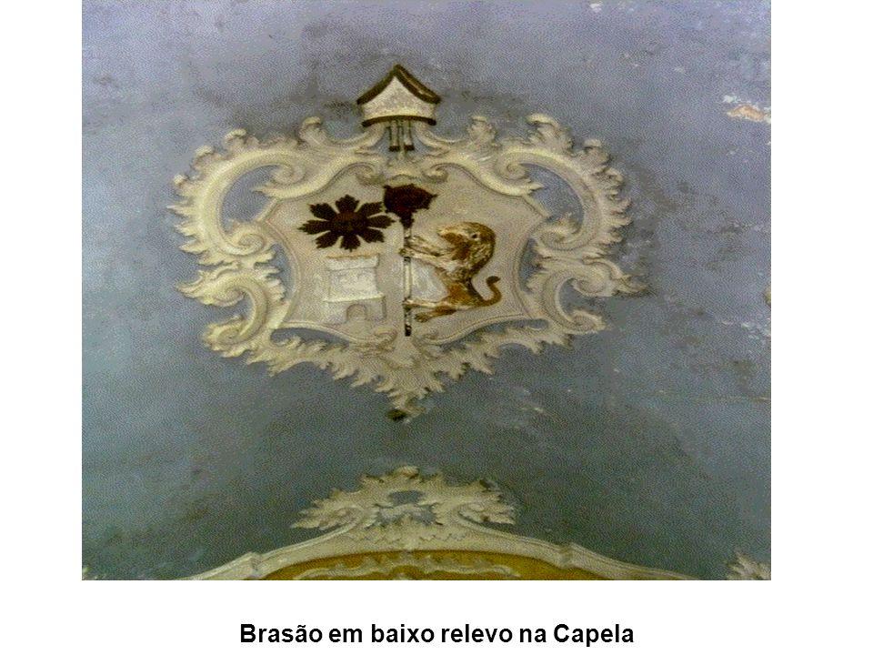 Brasão em baixo relevo na Capela