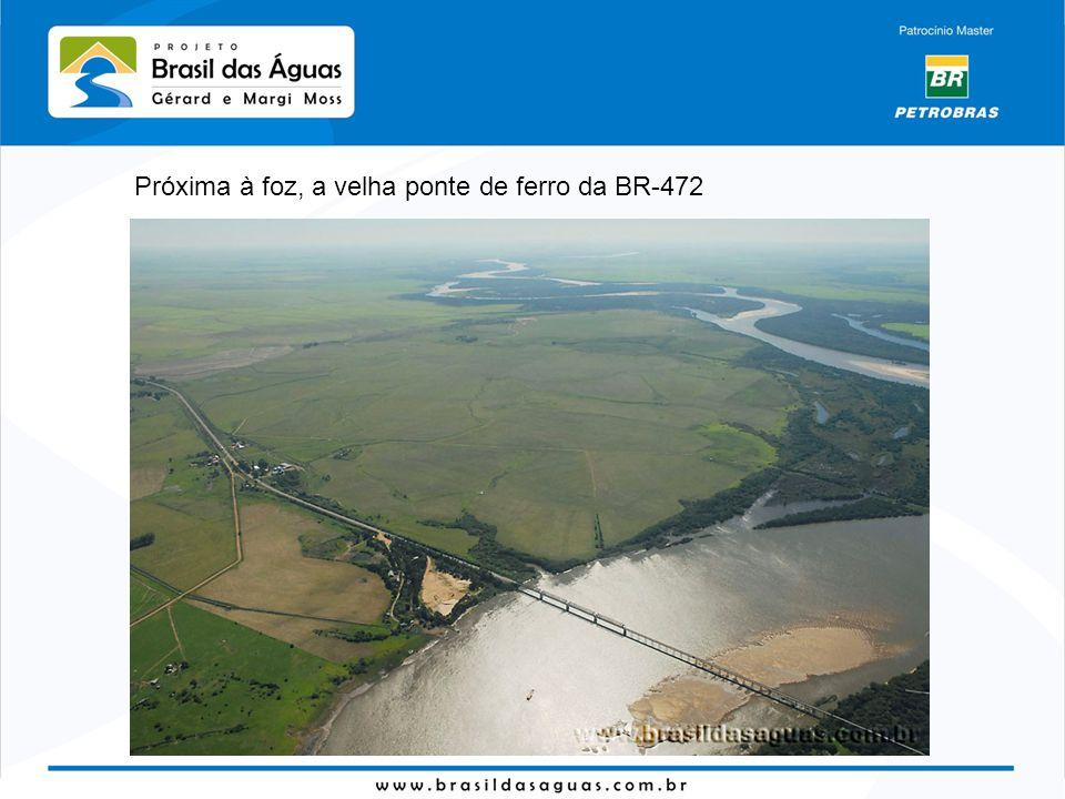 Próxima à foz, a velha ponte de ferro da BR-472