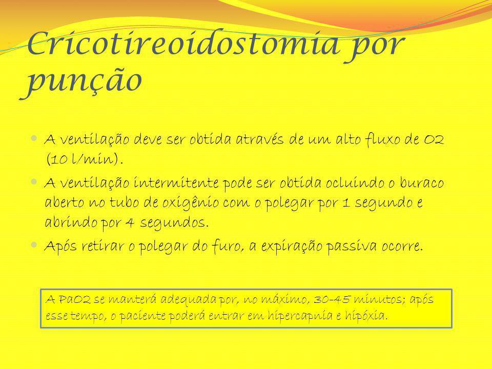 Cricotireoidostomia por punção A ventilação deve ser obtida através de um alto fluxo de O2 (10 l/min). A ventilação intermitente pode ser obtida oclui