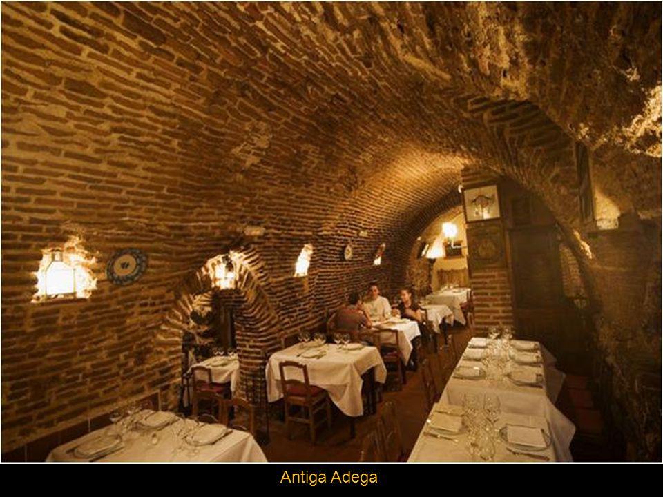 O restaurante Botin, com mais de 300 anos de história situa-se em Madrid de las Austrias, a um passo da Plaza Mayor e foi construído sobre uma antiga adega de teto abobadado do século XVI