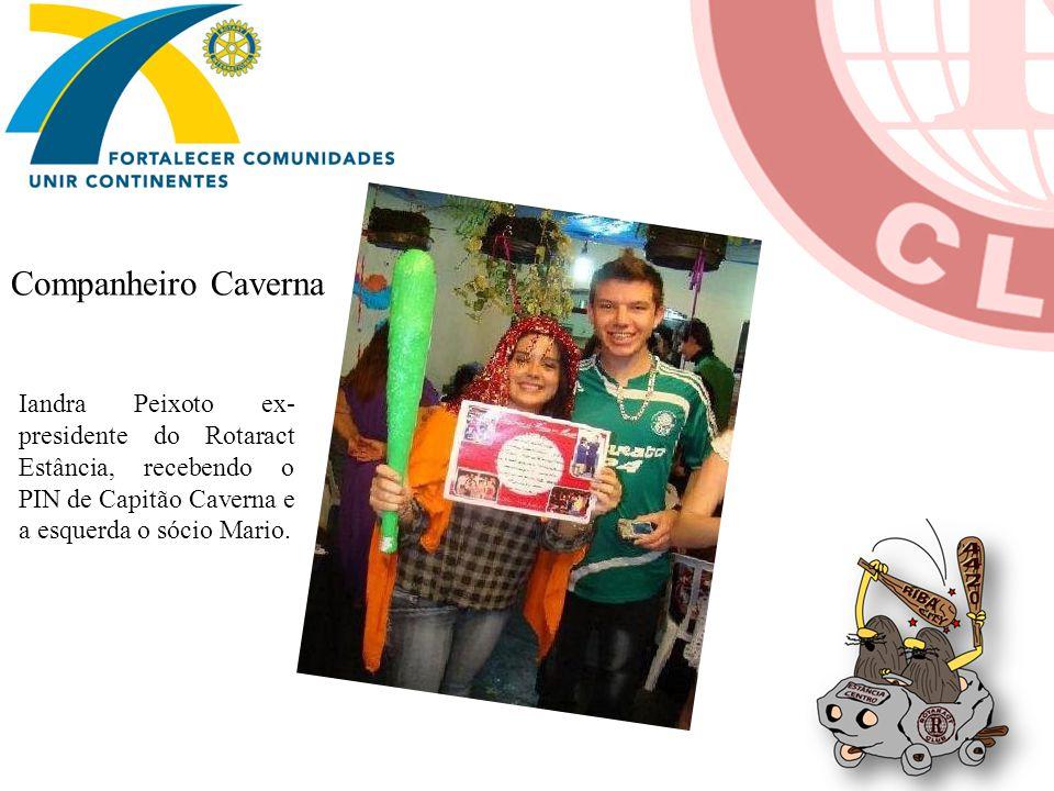 Iandra Peixoto ex- presidente do Rotaract Estância, recebendo o PIN de Capitão Caverna e a esquerda o sócio Mario.