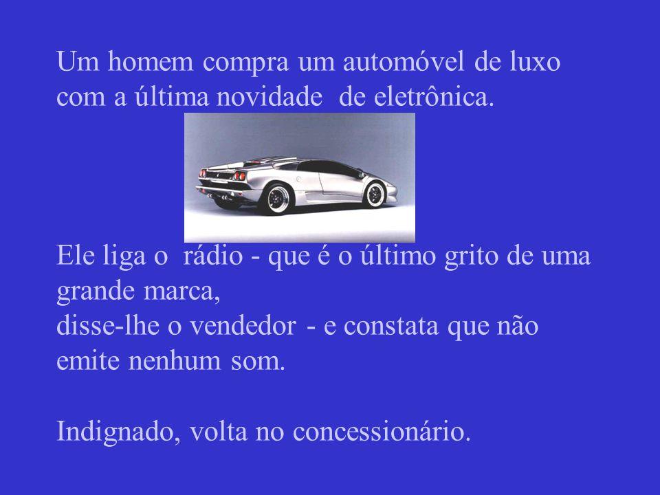 Um homem compra um automóvel de luxo com a última novidade de eletrônica.