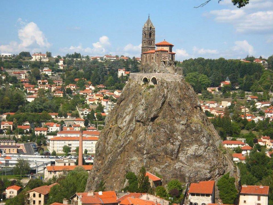 Puy-en-Velay é uma pitoresca povoação com aspecto medieval. Está situada na região de Auvergne, em França, no departamento do Alto Loire. FRANCIA Le P