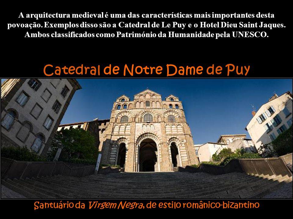 Catedral de Le Puy Foi construído numa zona vulcânica e precisamente sobre sendas basálticas se levantaram S. Michel, no rochedo do mesmo nome, e o Mo