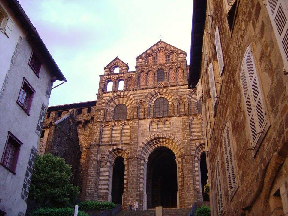 Catedral de Notre Dame de Puy Santuário da Virgem Negra, de estilo românico-bizantino A arquitectura medieval é uma das características mais important