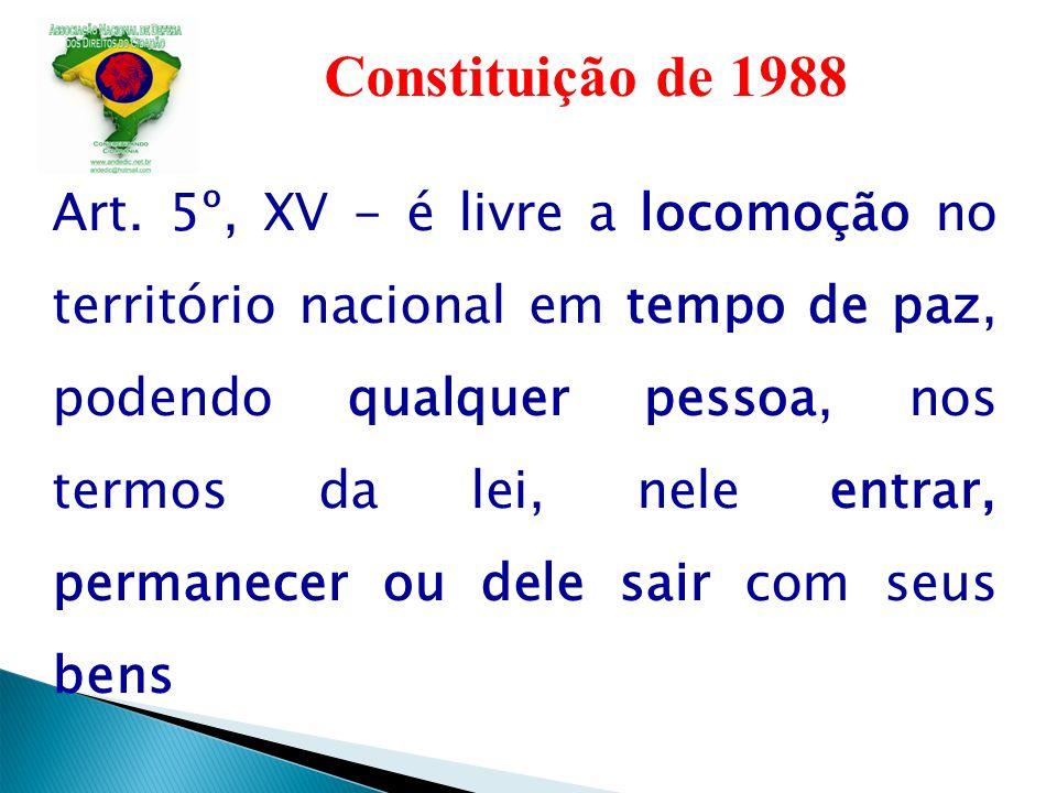 Constituição de 1988 Art. 5º, XV - é livre a locomoção no território nacional em tempo de paz, podendo qualquer pessoa, nos termos da lei, nele entrar