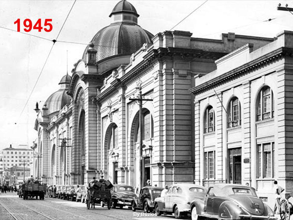 """O antigo """"mercado dos caipiras"""" (c. 1870) em foto tomada do Pátio do Colégio, vendo-se ao fundo, a várzea do Carmo, onde seria construído o atual merc"""