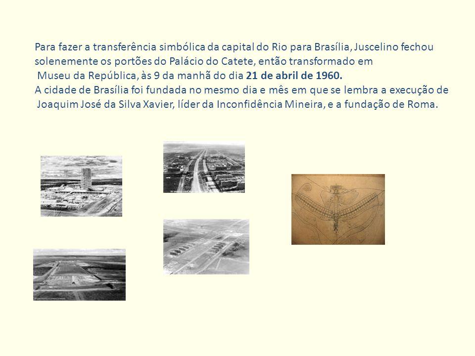 Para fazer a transferência simbólica da capital do Rio para Brasília, Juscelino fechou solenemente os portões do Palácio do Catete, então transformado