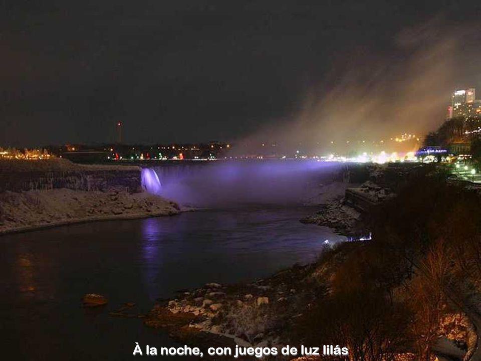 À la noche, con juegos de luz lilás
