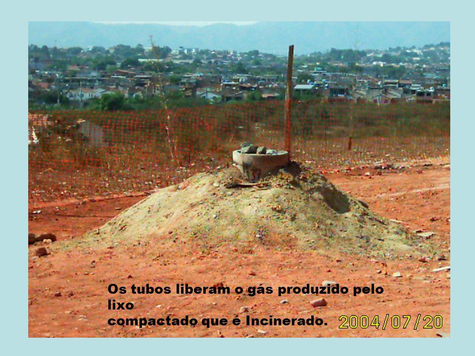 Os tubos liberam o gás produzido pelo lixo compactado que é Incinerado.