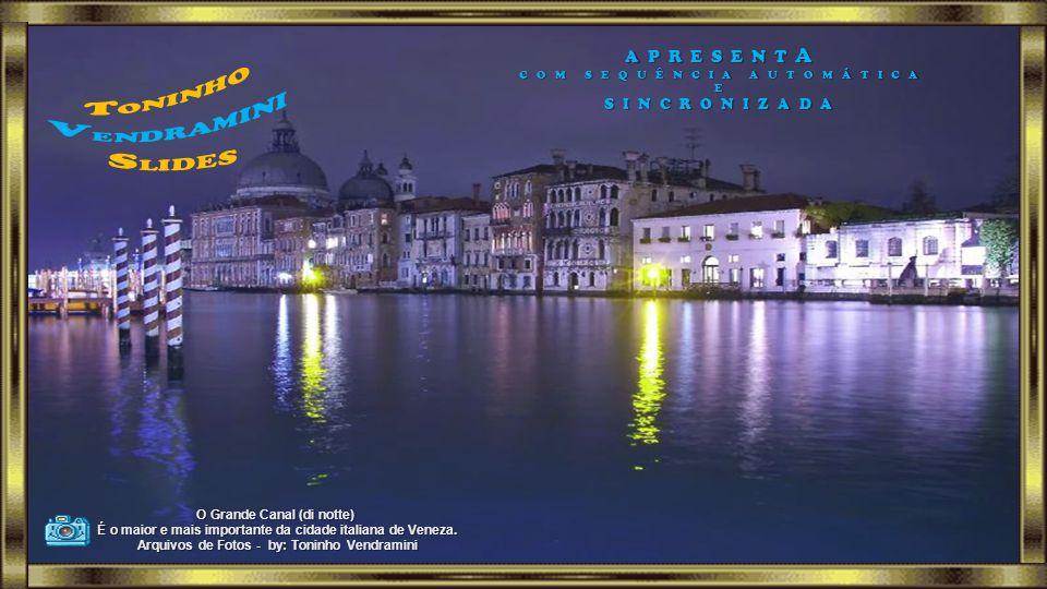 O Grande Canal (di notte) É o maior e mais importante da cidade italiana de Veneza.