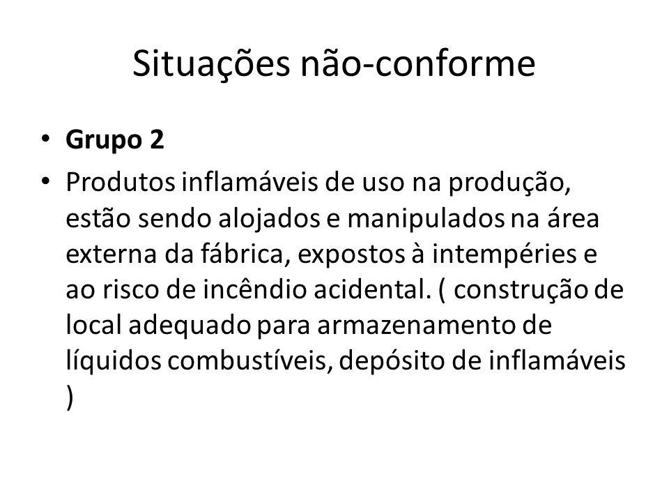 Situações não-conforme Grupo 2 Produtos inflamáveis de uso na produção, estão sendo alojados e manipulados na área externa da fábrica, expostos à intempéries e ao risco de incêndio acidental.