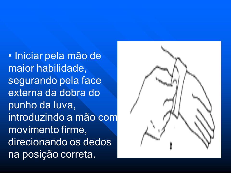 Iniciar pela mão de maior habilidade, segurando pela face externa da dobra do punho da luva, introduzindo a mão com movimento firme, direcionando os d