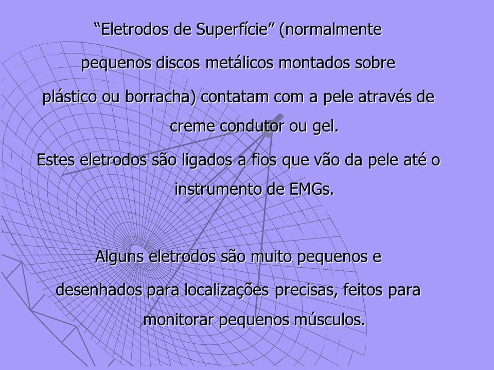 """""""Eletrodos de Superfície"""" (normalmente pequenos discos metálicos montados sobre plástico ou borracha) contatam com a pele através de creme condutor ou"""