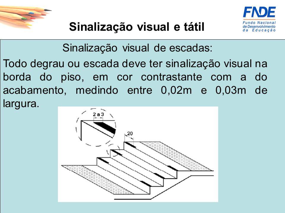 Sinalização visual e tátil Todo degrau ou escada deve ter sinalização visual na borda do piso, em cor contrastante com a do acabamento, medindo entre