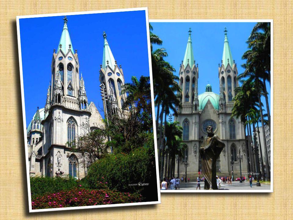 Nosso passeio se inicia junto ao marco- zero da cidade, mostrando a catedral de São Paulo, inicialmente de baixo.