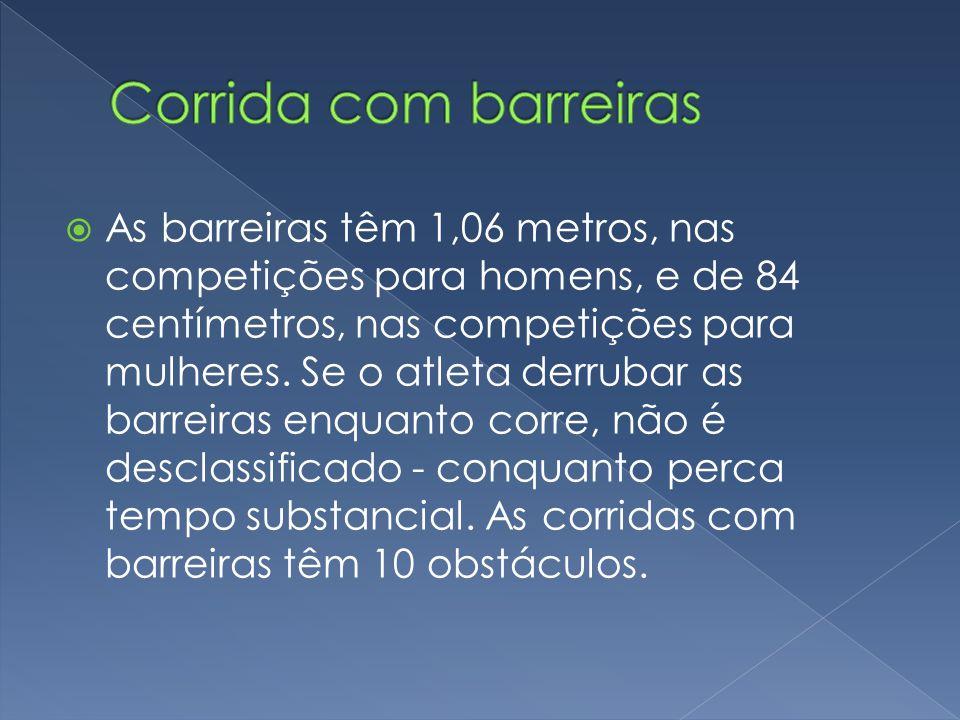  As barreiras têm 1,06 metros, nas competições para homens, e de 84 centímetros, nas competições para mulheres. Se o atleta derrubar as barreiras enq