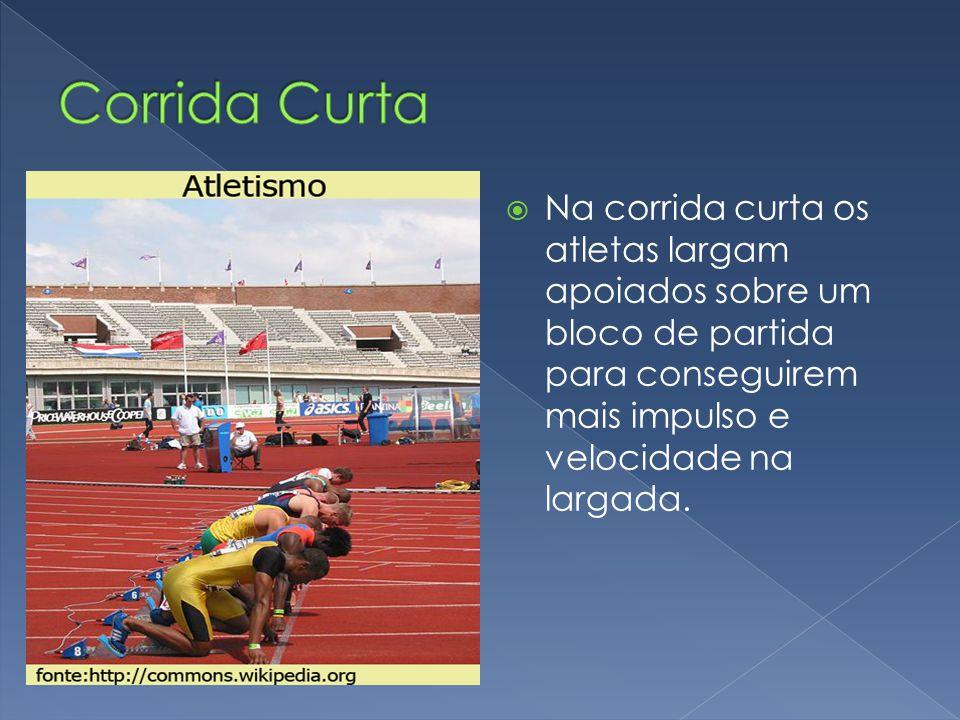  Na corrida curta os atletas largam apoiados sobre um bloco de partida para conseguirem mais impulso e velocidade na largada.