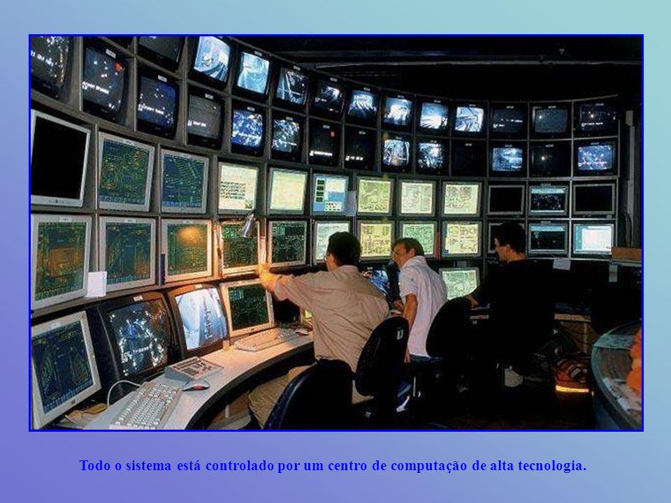 As 250.000 luzes estão dirigidas por um sistema que simula a noite e o dia automaticamente.