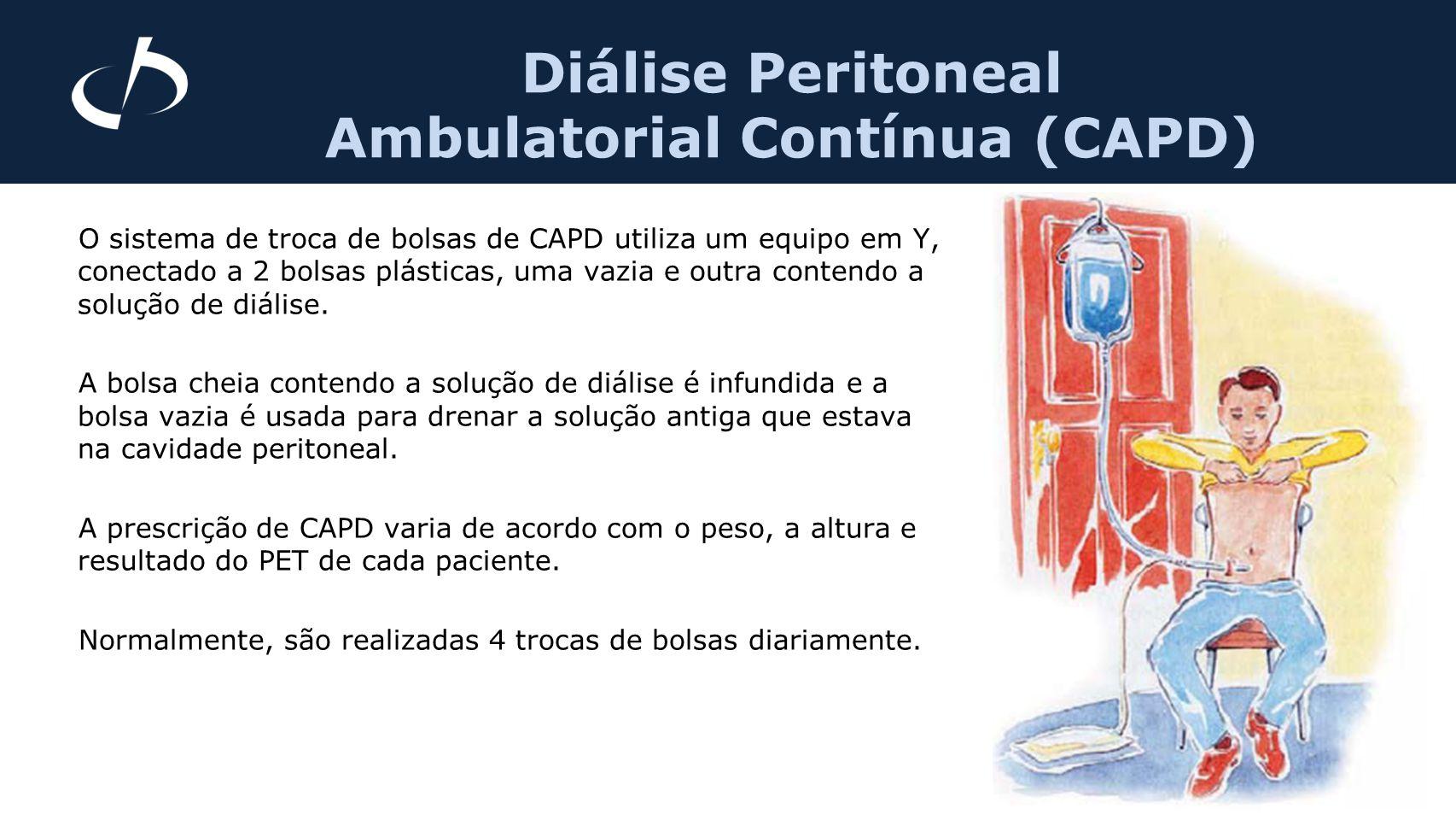 O sistema de troca de bolsas de CAPD utiliza um equipo em Y, conectado a 2 bolsas plásticas, uma vazia e outra contendo a solução de diálise. A bolsa