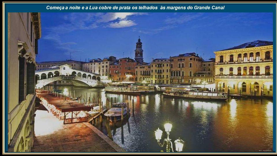 Um solitário gondolaio e sua gôndola num dos estreitos canais de Veneza