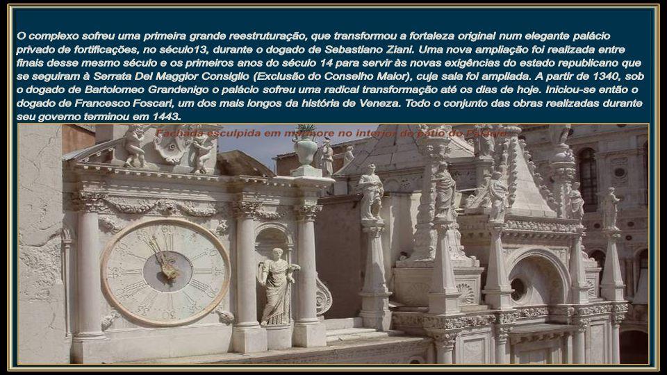 A edificação do Palácio Ducal iniciou-se, presumivelmente, no século IX depois da mudança da sede ducal de Malamocco para a moderna Veneza, definitivamente sancionada em 812, durante o dogado de Angelo Partecipazio.