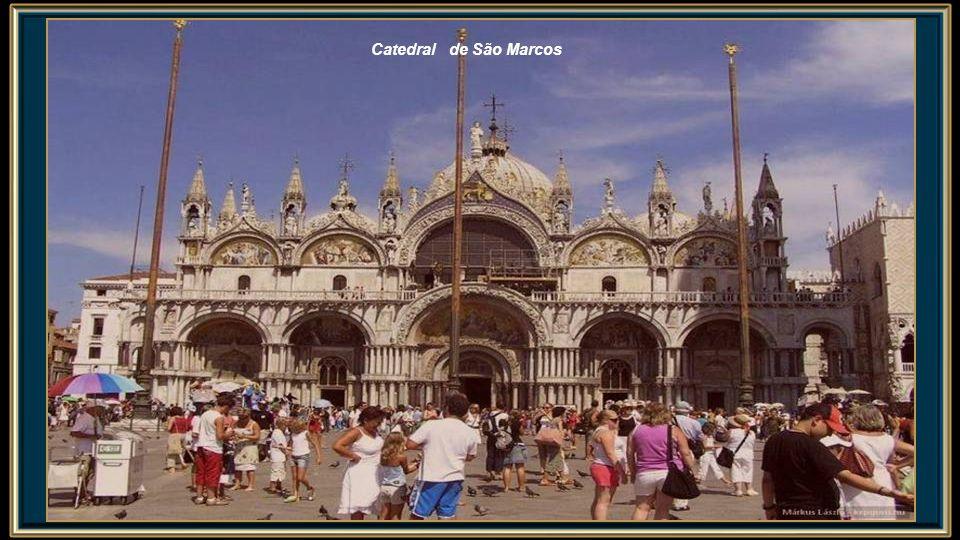 A primeira igreja construída no local foi um edifício temporário no Palácio dos Doges, construído em 828 quando mercadores venezianos adquiriram de Alexandria as supostas relíquias de São Marcos Evangelista.