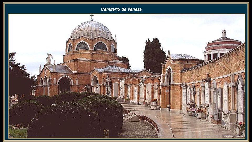 Leão de São Marcos e Fachada Frontal da Catedral