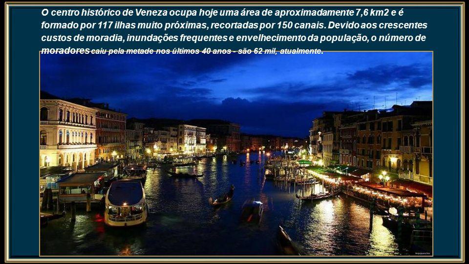 O centro histórico de Veneza ocupa hoje uma área de aproximadamente 7,6 km2 e é formado por 117 ilhas muito próximas, recortadas por 150 canais.