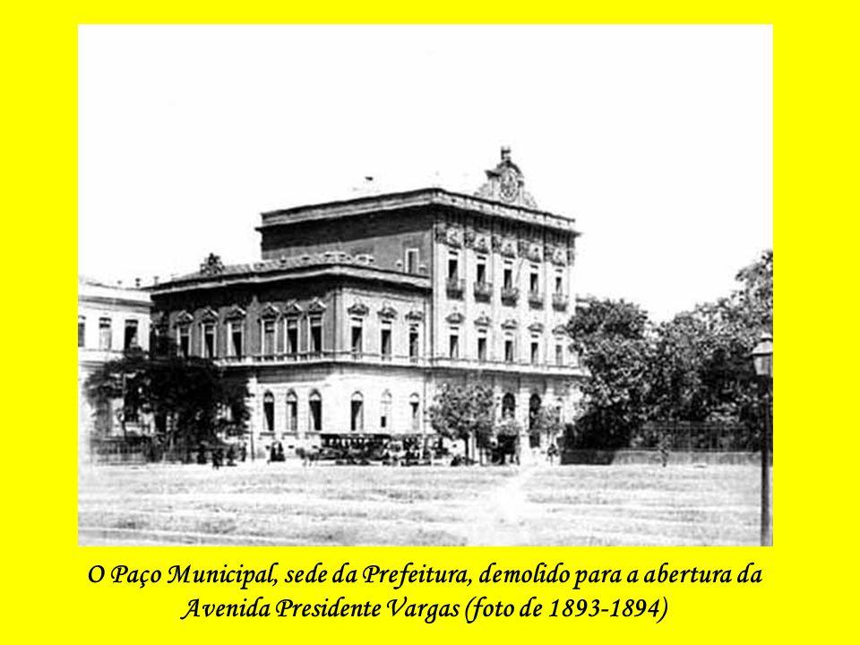 A Praça da República, em 1905, Com a Escola Rivadávia Correa ao Fundo (Este é o espaço hoje ocupado pelo Panteon do Duque de Caxias. Observe- se que a