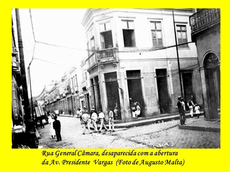 O Paço Municipal, sede da Prefeitura, demolido para a abertura da Avenida Presidente Vargas (foto de 1893-1894)
