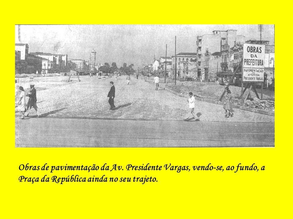 Obras de abertura da Av. Presidente Vargas, vendo-se o extinto Largo de São Domingos e as suas árvores.