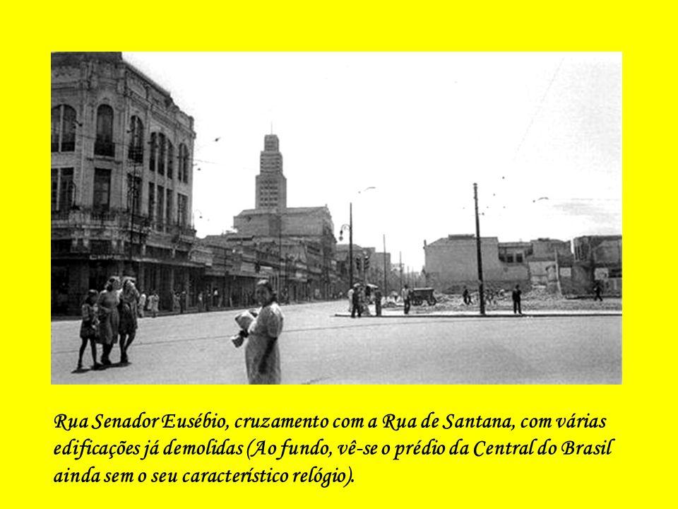 Obras de pavimentação da Av. Presidente Vargas, vendo-se, ao fundo, a Praça da República ainda no seu trajeto.