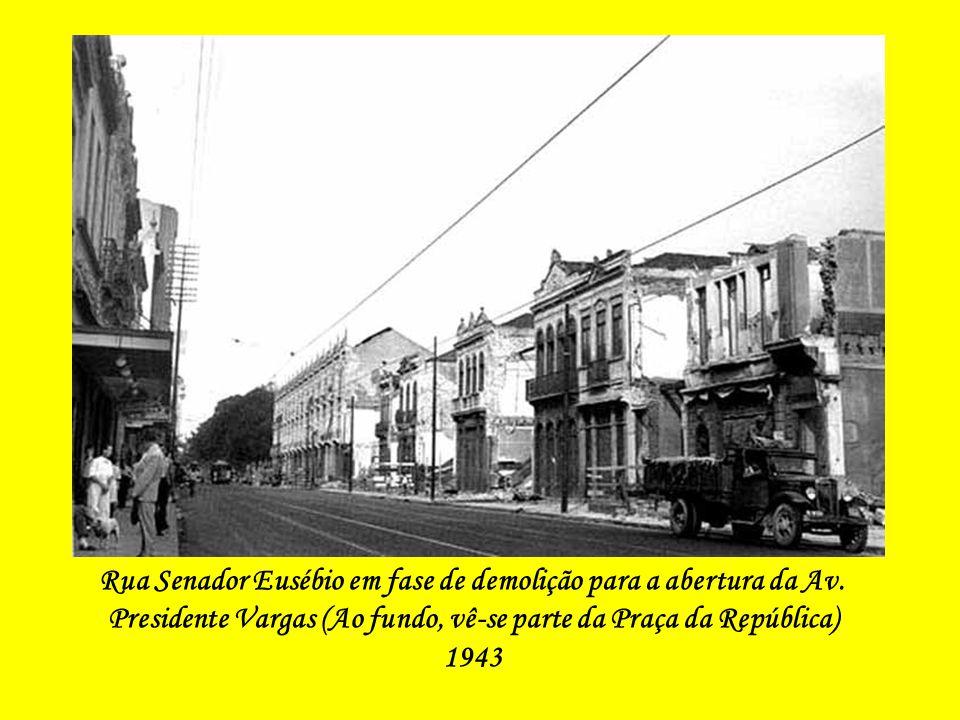 Rua Senador Eusébio, cruzamento com a Rua de Santana, com várias edificações já demolidas (Ao fundo, vê-se o prédio da Central do Brasil ainda sem o s