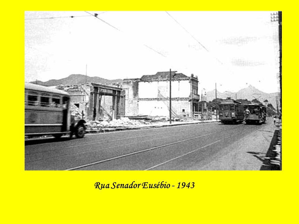 Rua Senador Eusébio em fase de demolição para a abertura da Av. Presidente Vargas (Ao fundo, vê-se parte da Praça da República) 1943