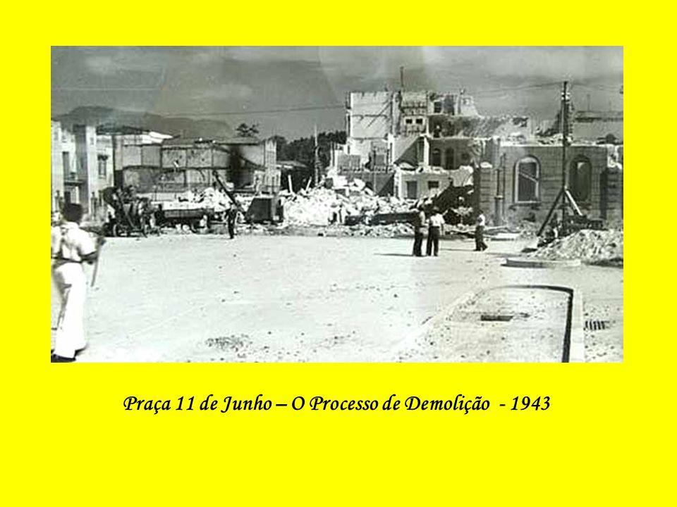 Rua Visconde de Itaúna em fase de demolição para a abertura da Av. Presidente Vargas (Vê-se o prédio da Central do Brasil ainda sem o relógio e, ao fu